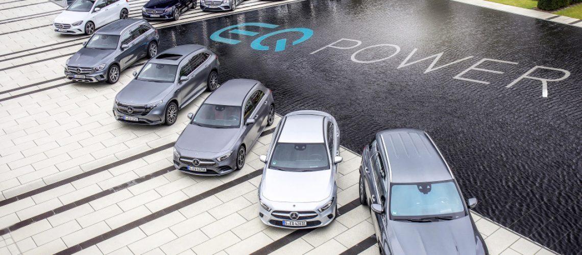 Mercedes-Benz Plug-in Hybridmodelle von A-Klasse bis GLE.  ;Kraftstoffverbrauch gewichtet 2,6-1,1 l/100 km, C02-Emissionen gewichtet 59-29 g/km, Stromverbrauch gewichtet 25,4-14,8 kWh/100 km*  Mercedes-Benz plug-in hybrid models, from A-Class to GLE.;Weighted fuel consumption 2.6-1.1 l/100 km, weighted CO2 emissions 59-29 g/km, weighted power consumption 25.4-14.8 kWh/100 km)*