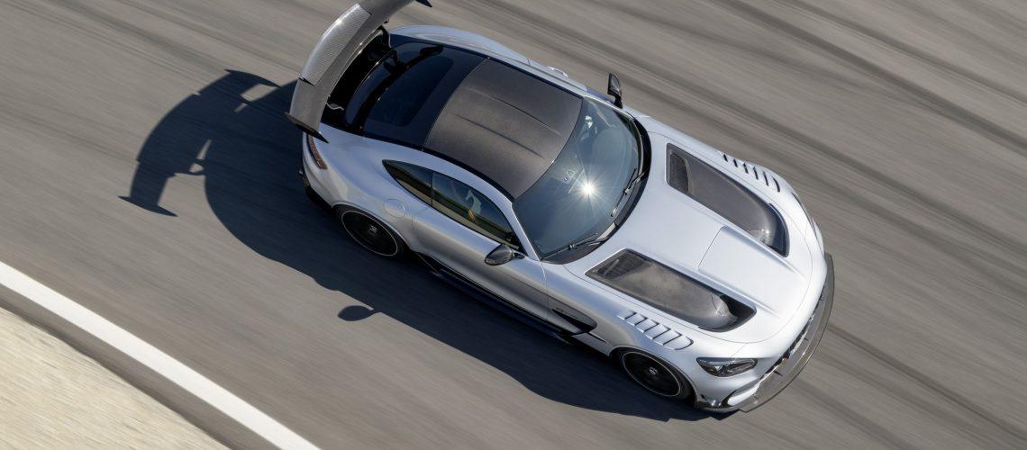 Mercedes-AMG GT Black Series (Kraftstoffverbrauch kombiniert: 12,8 l/100 km, CO2-Emissionen kombiniert: 292 g/km), 2020, Exterieur, Rennstrecke, dynamisch, Leichtbau-Dach in Sicht-Carbon, hightechsilber, Carbon-Motorhaube mit zwei großen Luftauslässen // Mercedes-AMG GT Black Series (combined fuel consumption: 12,8 l/100 km, combined CO2 emissions: 292 g/km), 2020, exterieur, race track, dynamic, leightweight-roof in visible carbon, hightechsilver, carbon hood with two large air outlets
