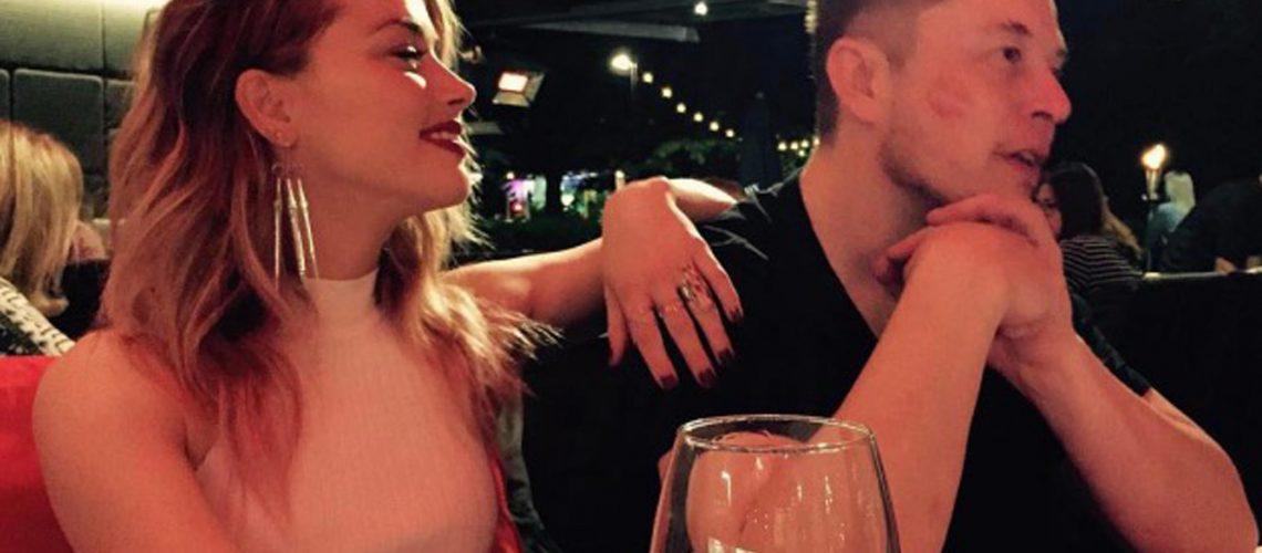 (KIKA) - HOLLYWOOD - Amber Heard ed Elon Musk sono una coppia.L'ufficialità della notizia ormai è solo un dettaglio, visto che i due, oltre a venire pizzicati fianco a fianco quasi sistematicamente dai paparazzi, hanno iniziato a condividere romantici scatti sui rispettivi profili Instagram. L'ultima fotografia vede l'attrice e l'imprenditore immortalati a cena, con i calici di vino semivuoti e con un inequivocabile segno del rossetto sulla guancia di Musk, scatto prima postato dalla Heard e poco dopo anche dalla guida della Tesla.GUARDA LA GALLERY[galleria]Portato a termine il rumorosissimo procedimento legale per il divorzio da Johnny Depp, l'attrice texana, 31 anni, ha quindi trovato conforto tra le braccia del facoltoso imprenditore sudafricano, 45 anni. Musk è uno degli uomini più ricchi del pianeta, osservate la sua casa per farvi un'idea delle sue possibilità, e arriva a questa love story con tre matrimoni falliti sulle spalle: il primo con Justin Musk, durato dal 2000 al 2008 e che gli ha regalato sei figli, di cui uno morto prematuramente, poi ha tentato due volte di conciliare i sentimenti con Talulah Riley, donna che ha portato all'altare per ben due volte, la prima nel 2010 e la seconda nel 2013.GUARDA IL VIDEO[video mp4=http://www.kikapress.com/kikavideo/mp4/kikavideo_193757.mp4 id=193757]